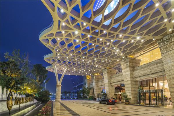酒店拥有990间豪华客房及套房,将天堂岛海洋乐园揽入怀中,沿岸风情